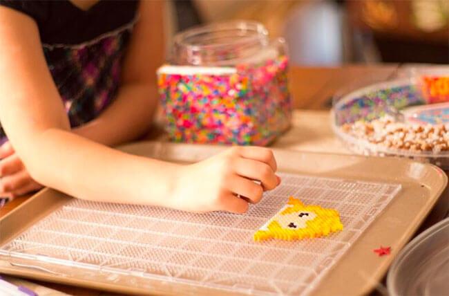 Barn lägger pärlplatta