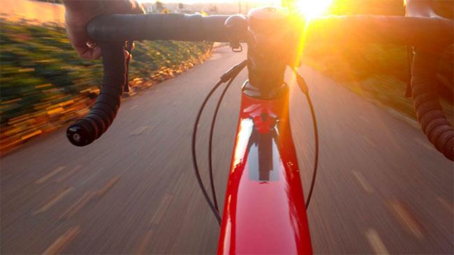 Cykel i fart sett från sadel