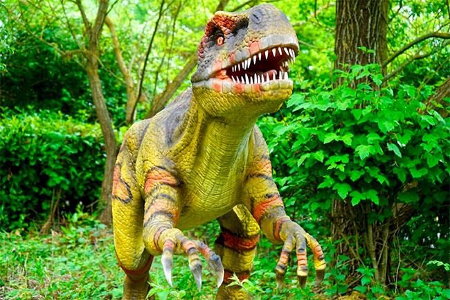 dinosaurus rex i grön lövskog