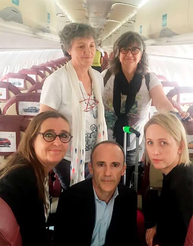 Fem personer i ett flygplan