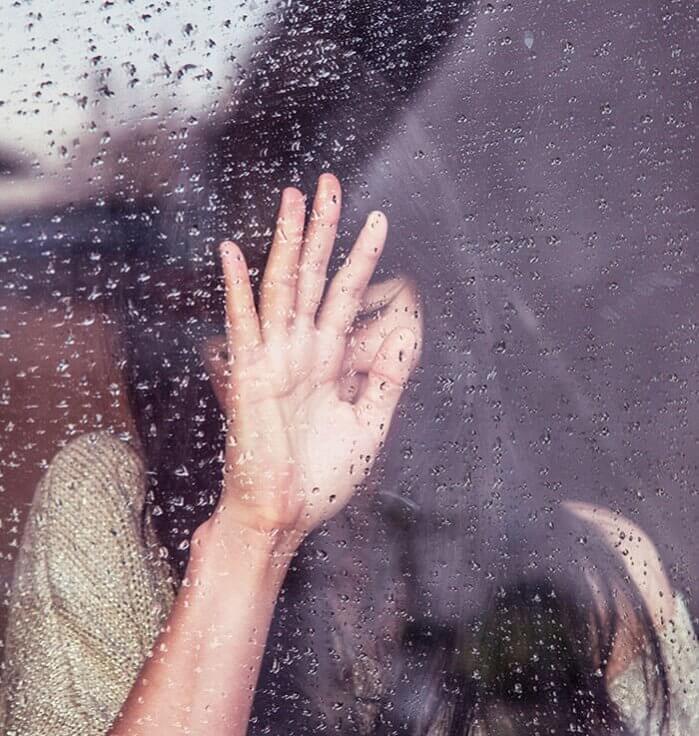kvinna-fonster-droppar-ledsen