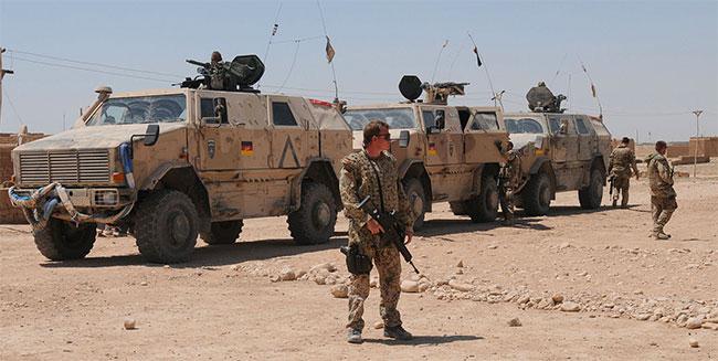 Tysk militär i Afganistan framför militärfordon. Foto: sergant Ryan Tabios, ISAF HQ Public Affairs