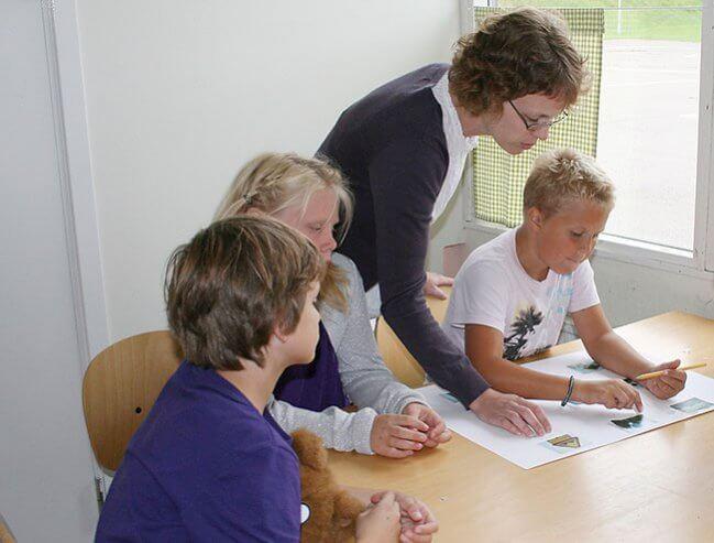 Undervisning av tre barn. Foto: Pentti Karppinen/AIBILD